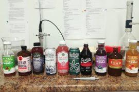 przykłady różnych butelek z herbatą fermentowaną kombucha