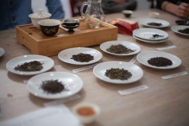 herbata sypana prezentowana na talerzykach
