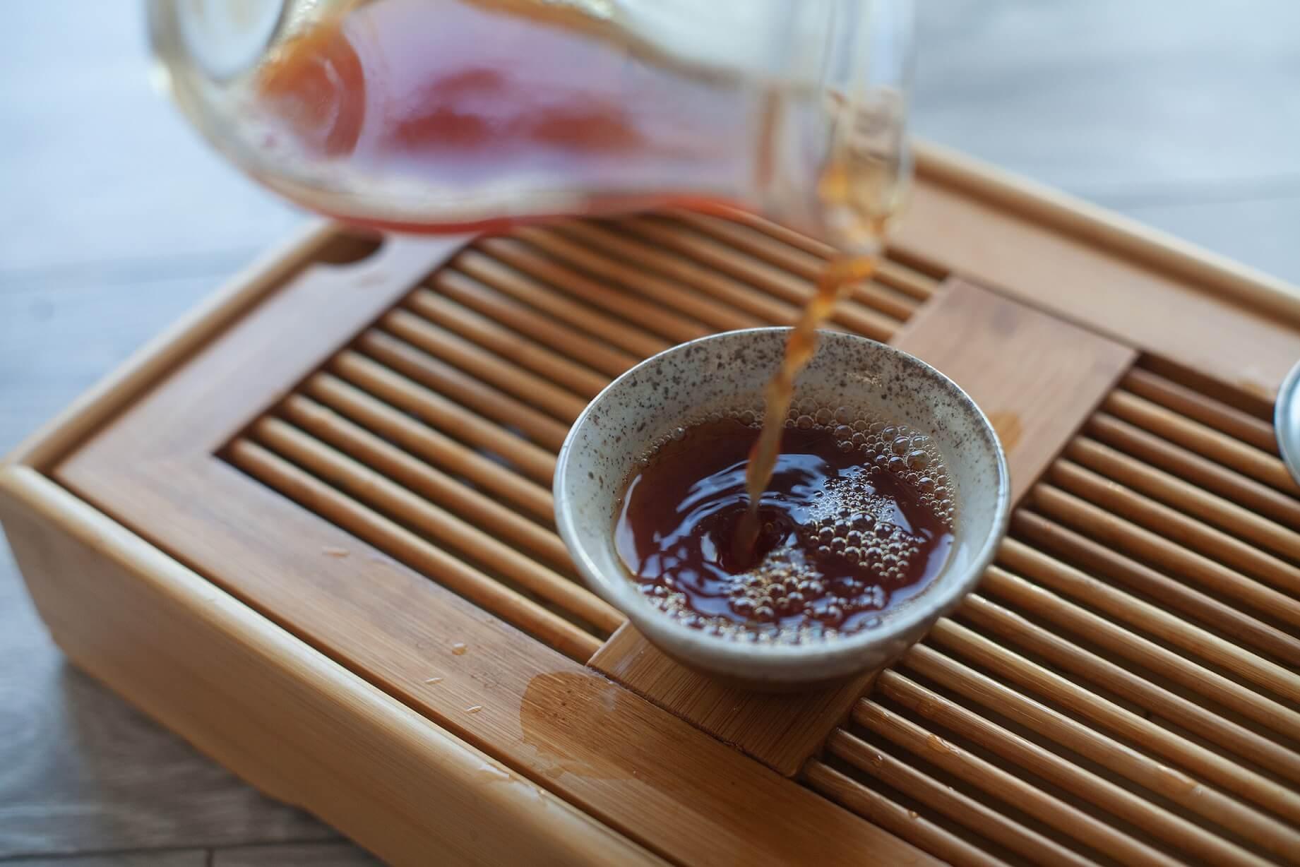 Przelewanie herbaty z cha haia do czarki.