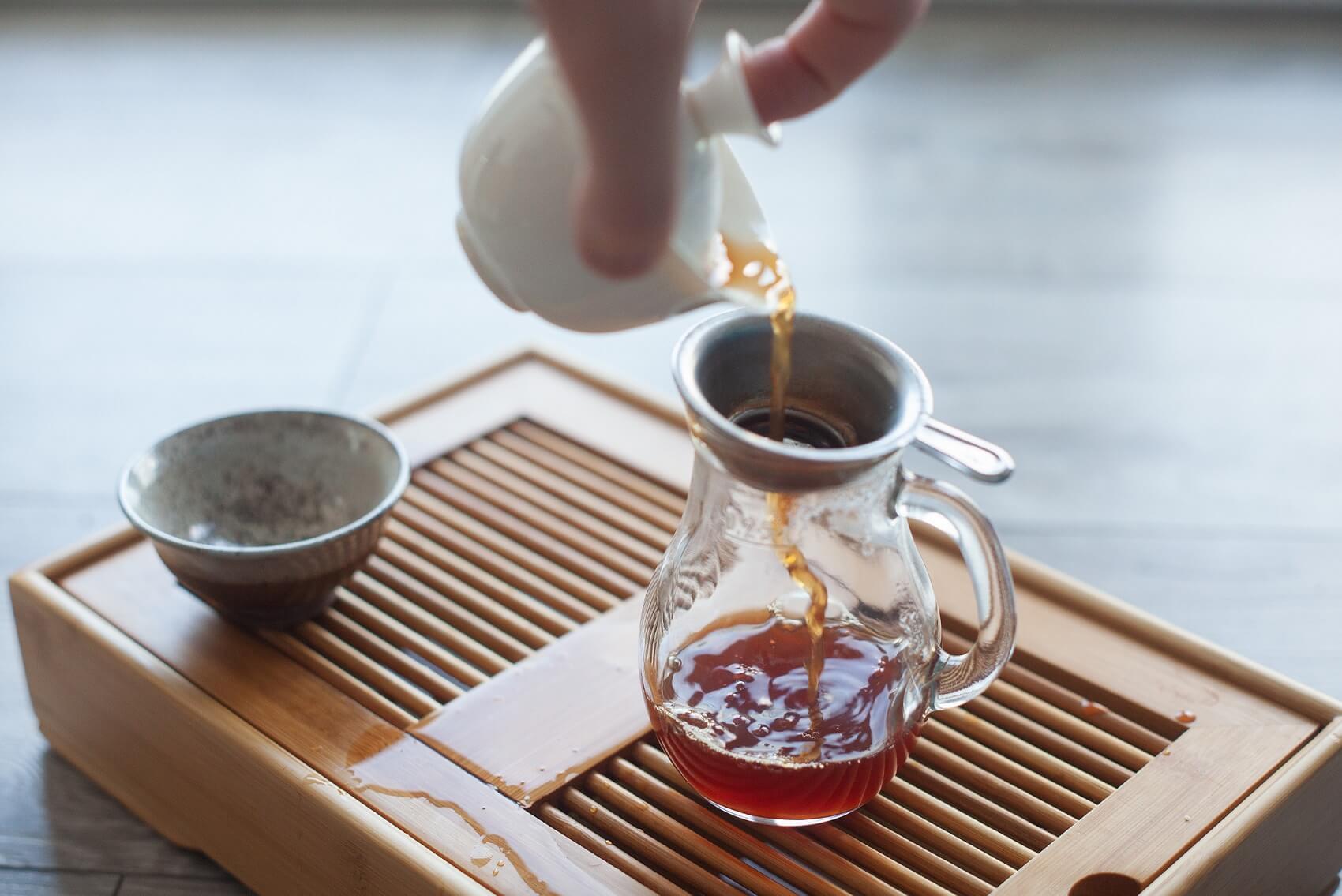 Przelewanie herbaty czerwonej z gaiwana do cha haia.