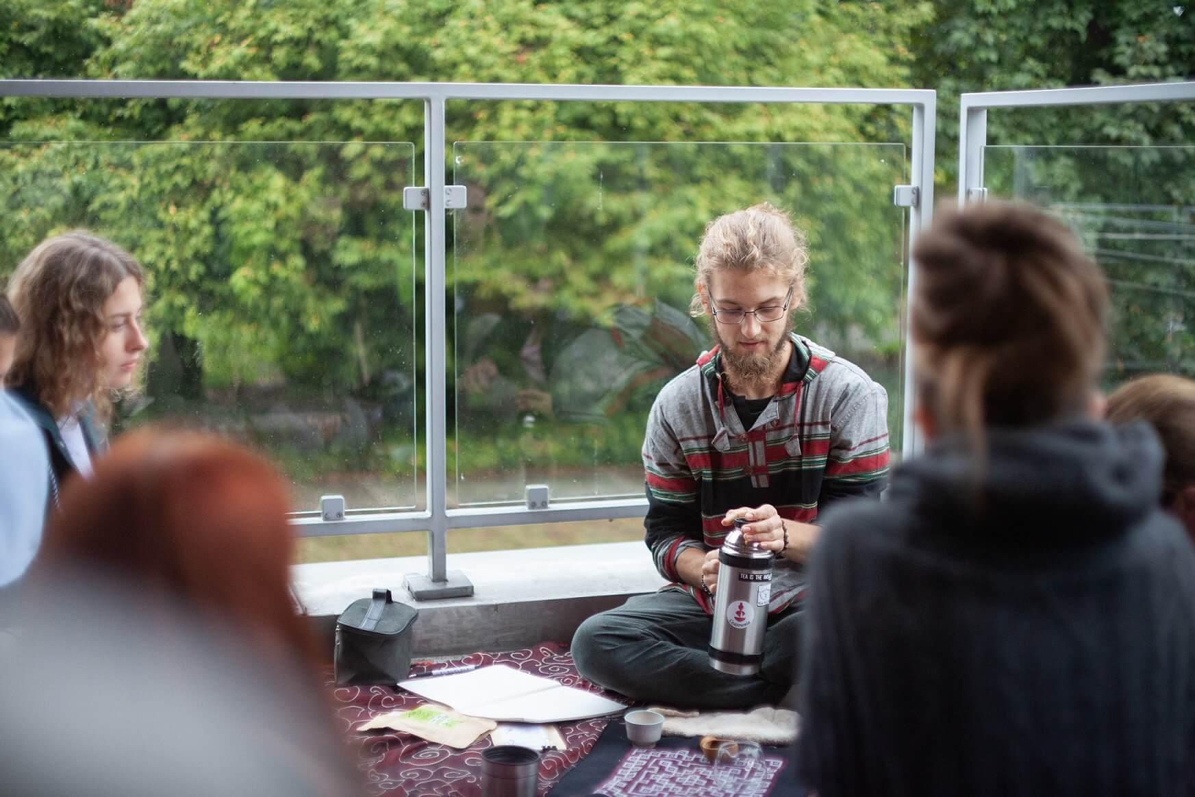 Krzysiek Kowalak parzący herbatę i analizujący ją podczas swoich warsztatów