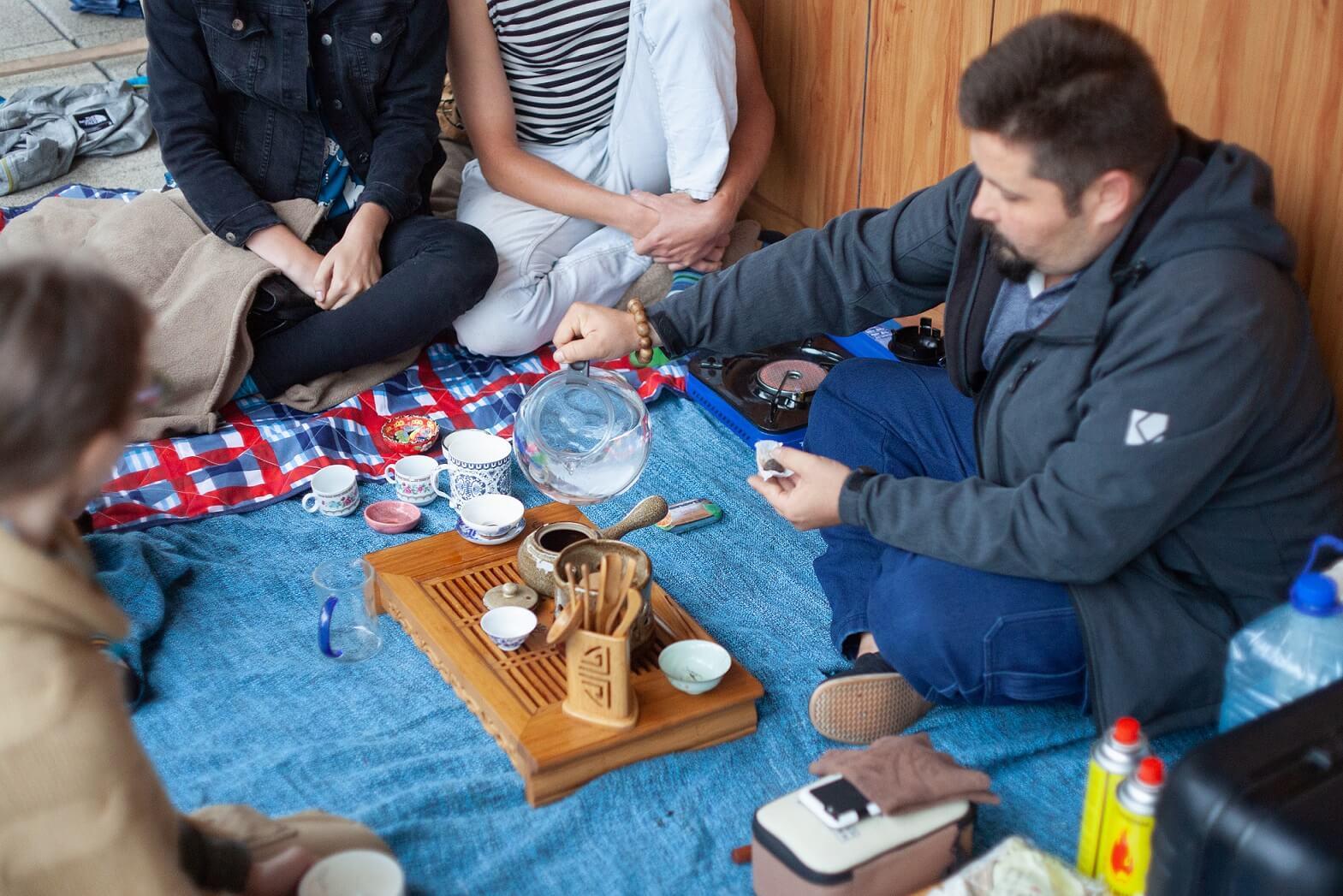 Anatol Ilnicki podczas degustacji herbat