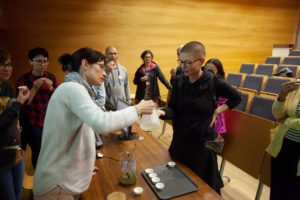 Jolanta Jona parząca herbatę zieloną gyokuro, po prezentacji na temat ekologicznych upraw herbaty