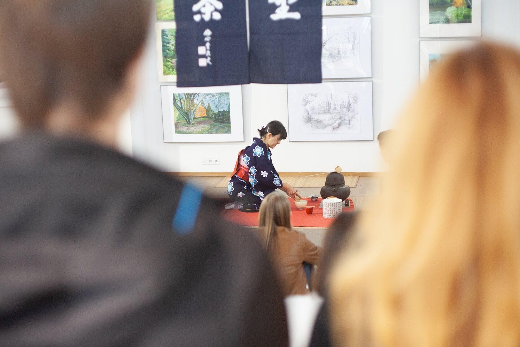Yukiko Okuno podczas ceremonii parzenia herbaty matcha